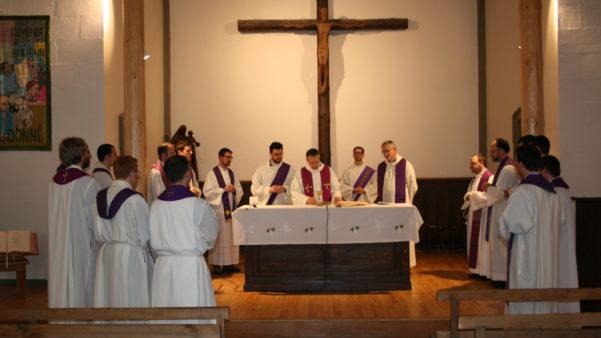 Jeunes prêtres de Trévise/Italie en pélerinage sur les lieux du Prado (Ici à la Chapelle du '13')